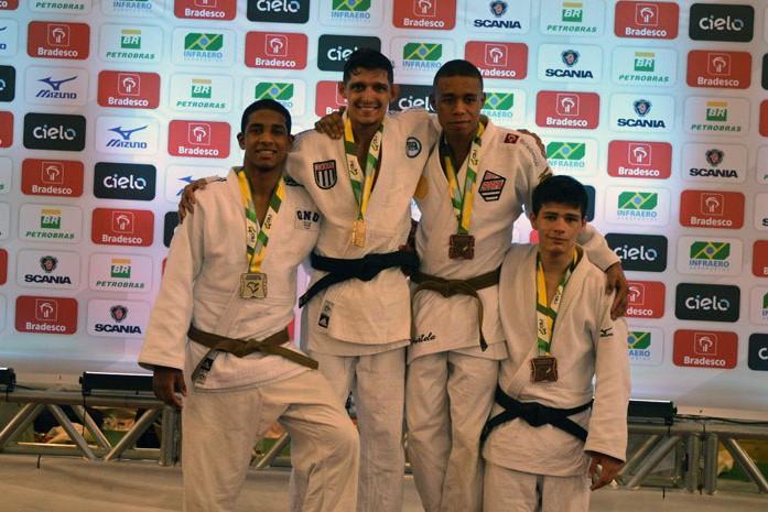 Sander Correa Bruniera Filho (à direita), 4.º lugar na categoria Sênior até 66 kg