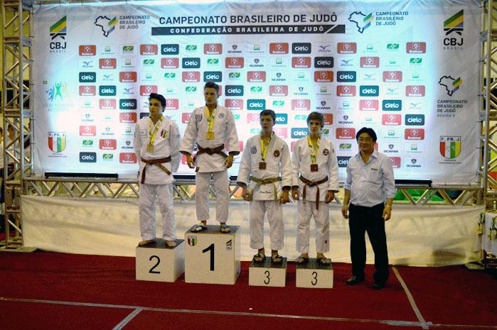Herus Araujo Ditzel Neto (à esquerda), vice-campeão na categoria Sub-18 até 60 kg