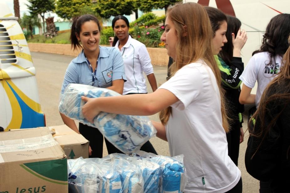 Alunos do Bom Jesus entregam doação ao Pequeno Cotolengo.