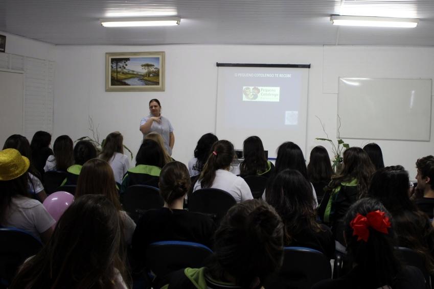 Alunos do Bom Jesus assistem a apresentação institucional sobre o Pequeno Cotolengo.