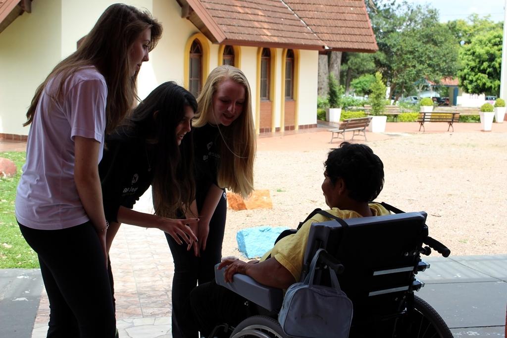 Alunos do Bom Jesus visitam o Pequeno Cotolengo.