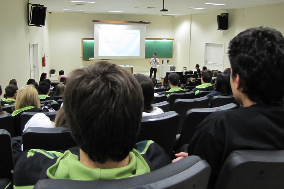 Estudantes do Ensino Médio do Bom Jesus conferem as dicas de Henrique Fanini Leite, ex-aluno do Bom Jesus e nacionalmente conhecido pela conquista do primeiro lugar geral no Enem 2009.
