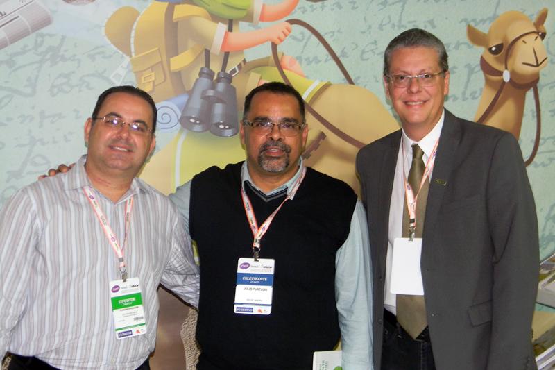 Júlio Furtado (ao centro), consultor e conferencista na área educacional, visitou o stand da Editora Bom Jesus.