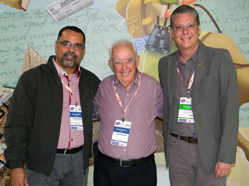 Celso Antunes (ao centro), palestrante e autor de mais de 180 livros didáticos, visitou o stand da Editora Bom Jesus.