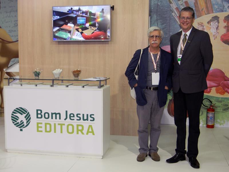 José Pacheco (à esquerda), pedagogo português e idealizador da inovadora Escola da Ponte, visitou o stand da Editora Bom Jesus.
