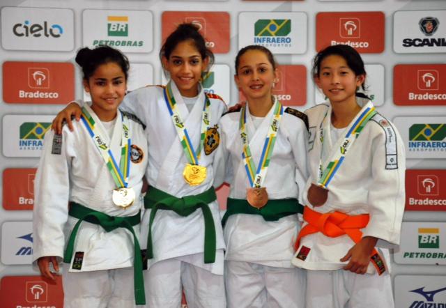 Campeonato Brasileiro Sub-15 - Laura Ayumi Soken (faixa laranja) garantiu o 3.º lugar na categoria super-ligeiro até 36 kg.
