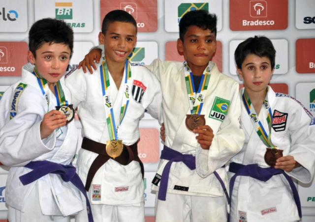 Campeonato Brasileiro Sub-15 - Luca Tetsuo Fornea Saçaki (primeiro da E/D), vice-campeão na categoria super-ligeiro até 36 kg, garantiu vaga para o Sul-americano Sub-15 (Uruguai).