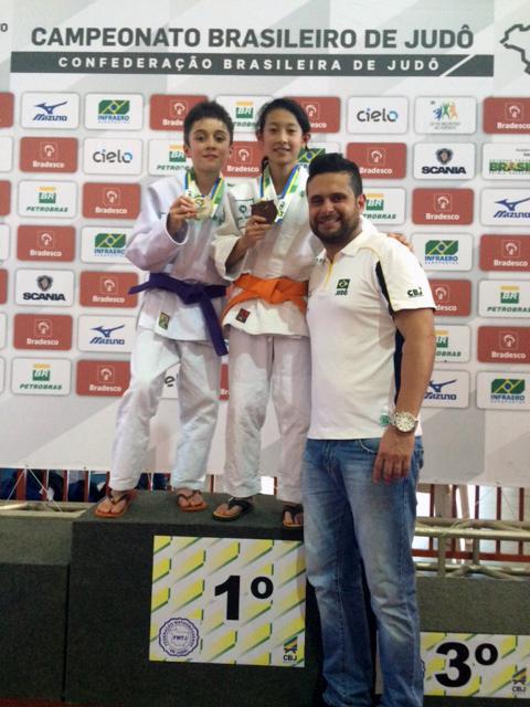 Campeonato Brasileiro Sub-15 - Luca Tetsuo Fornea Saçaki e Laura Ayumi Soken com o sansei Hélio Ney Fabri.
