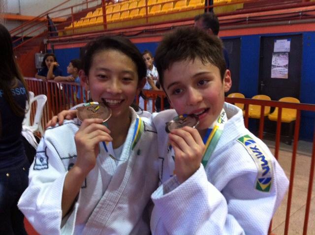 Campeonato Brasileiro Sub-15 - Luca Tetsuo Fornea Saçaki e Laura Ayumi Soken comemoram as vitórias na competição.