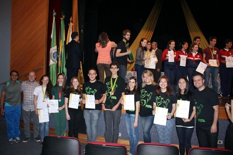 Equipe Bom Jesus comemora o desempenho na Olimpíada Paranaense de Química 2014.