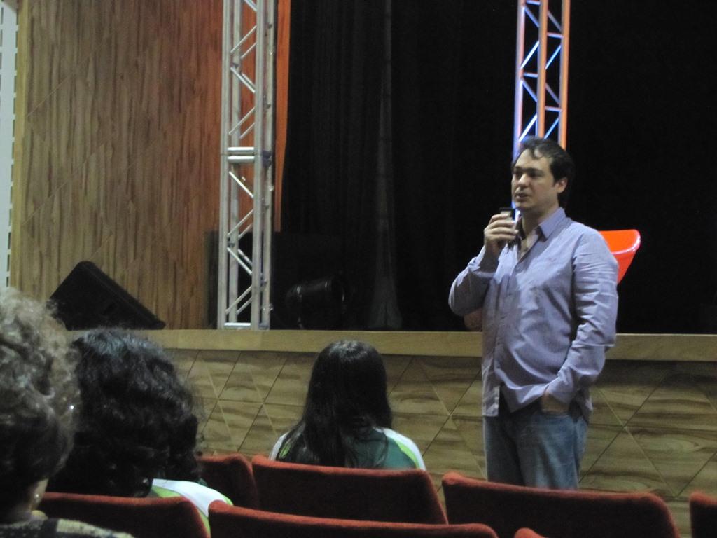 Eduardo Bakr, produtor da peça Identidade Virtual, em Curitiba (PR).