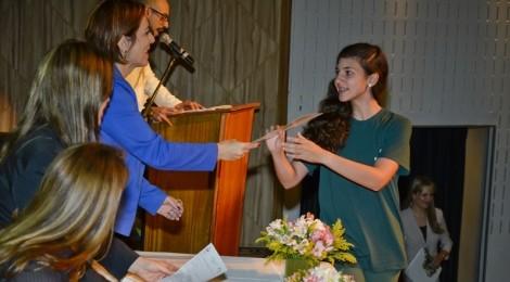 Mais de 200 alunos recebem certificados de língua estrangeira