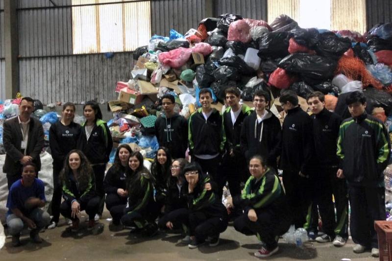 Alunos visitam a Associação Reciclar.