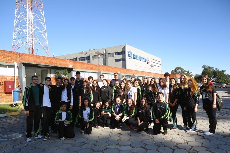 Alunos visitam a emissora Rede Massa.