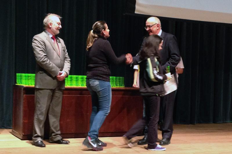 A professora de Biologia Mylene Fernanda Winterle e a aluna Caroline Soutinho Albuquerque recebem os prêmios do X Salão UFRGS Jovem.