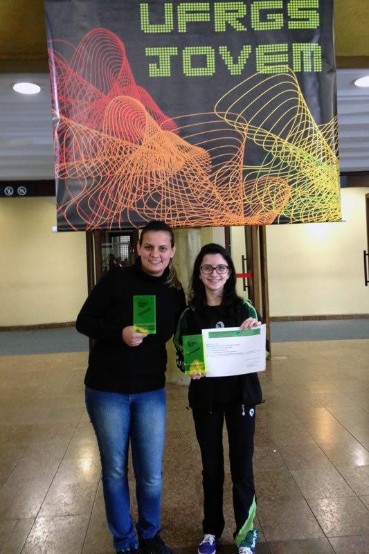 A professora de Biologia Mylene Fernanda Winterle com a aluna Caroline Soutinho Albuquerque.