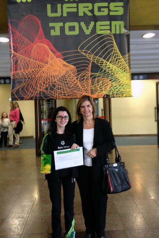 A gestora do Bom Jesus São Luiz, em Porto Alegre (RS), Liliane Costa Reis, com a aluna Caroline Soutinho Albuquerque.