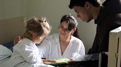 Crianças do Hospital de Clínicas recebem visita do Bom Jesus