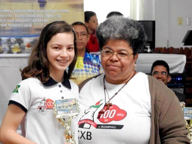 Gabriela Feller e a mestra de xadrez Regina Ribeiro.