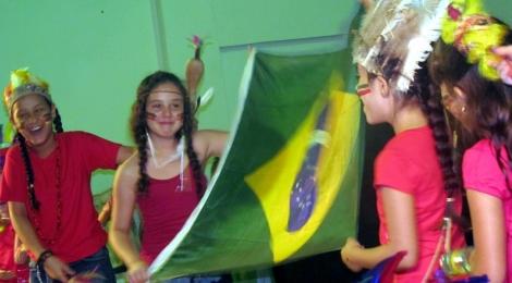 """Estudantes de Paranaguá (PR) cantam o """"Natal Brasileiro"""""""