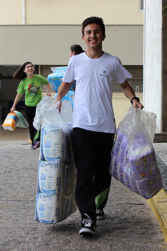 Alunos do Bom Jesus Lourdes arrecadaram cerca de 10 mil fraldas para o Hospital de Clínicas, em Curitiba (PR).