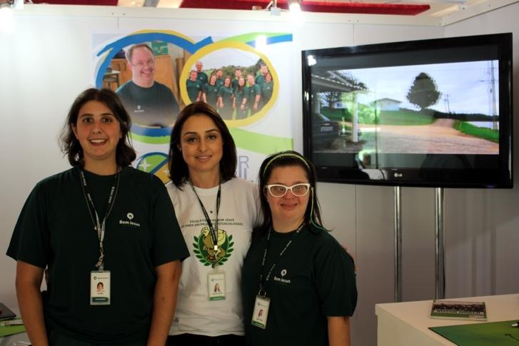 A professora do Bom Jesus Escola Especial, Adriana Guimarães, entre as estudantes Vitória Caputo e Maria Fatuch.