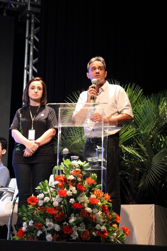 A professora do Bom Jesus Escola Especial, Adriana Guimarães, e o coordenador da Valor Brasil, Rodrigo Silva.