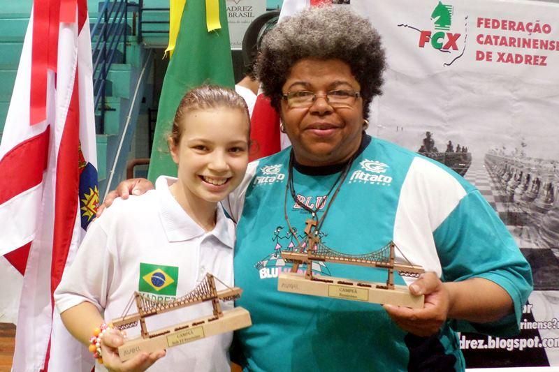 Gabriela L Vicente Feller, campeã Sub-12 do Floripa Chess Open 2015, ao lado da professora Regina Ribeiro.