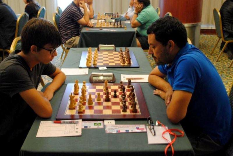 """Thiago Carstens Dobuchak (à esquerda), campeão na categoria Sub 2000 pontos de """"Rating"""" do I Torneo de Ajedrez Zicosur, que ocorreu no Chile."""