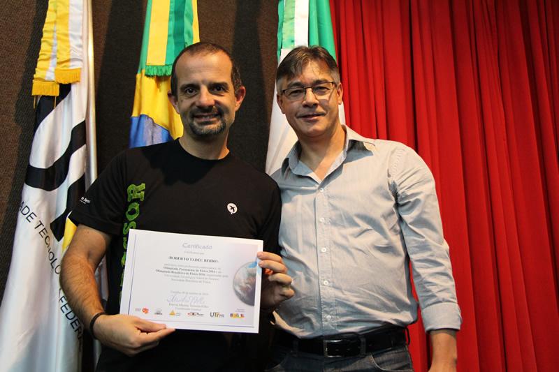 Professor Roberto Tadeu Berro recebe certificado da Olimpíada Paranaense de Física.