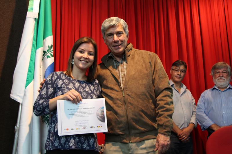 Professora Thalita Rodrigues Ribeiro Alberti recebe homenagem da Olimpíada Paranaense de Física.
