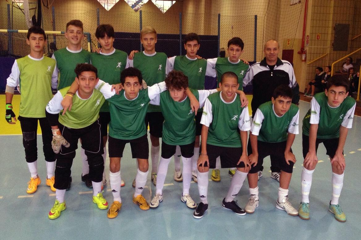 Equipe de futsal masculino do Bom Jesus nos Jogos Escolares de Curitiba.