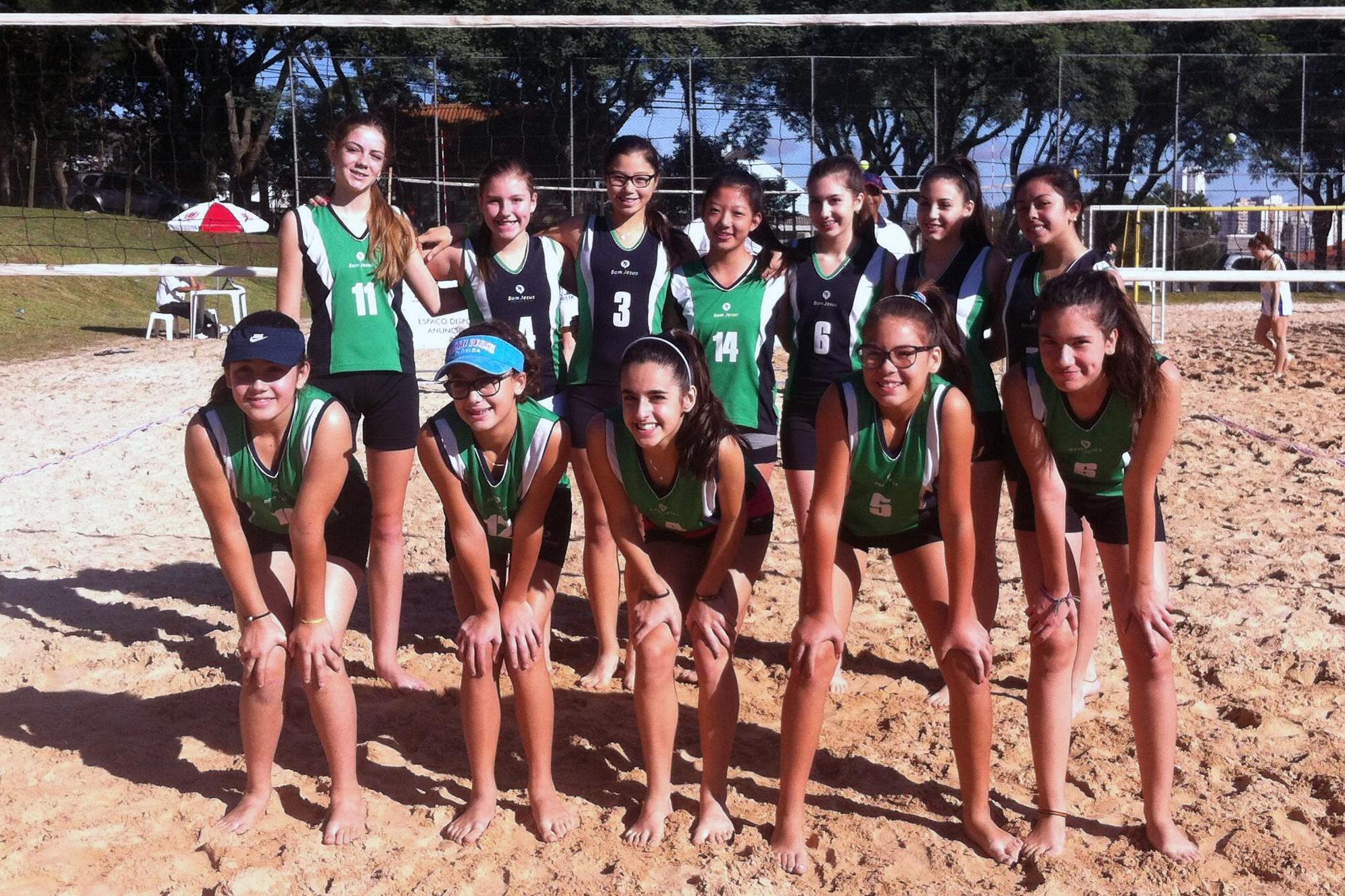 Equipe de voleibol de areia feminino do Bom Jesus nos Jogos Escolares de Curitiba.