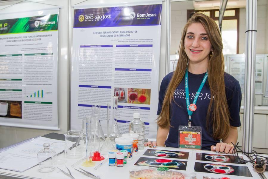 Pietra Berticelli Malanski, do Colégio Sesc São José, conquistou o primeiro lugar geral na III FICiências 2014.  (Fotos: Jean Pavão e Roberto Lemos)