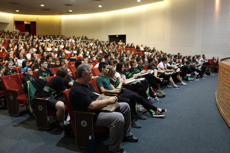 Público do evento Mundo Livro, no Teatro Bom Jesus.