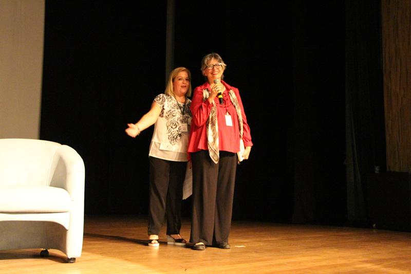 A professora Cláudia Pedroso recebe a escritora Ana Miranda.