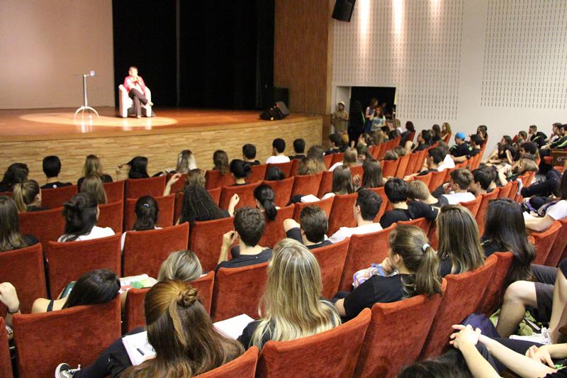 A escritora Ana Miranda no evento Mundo Livro, do Colégio Bom Jesus.
