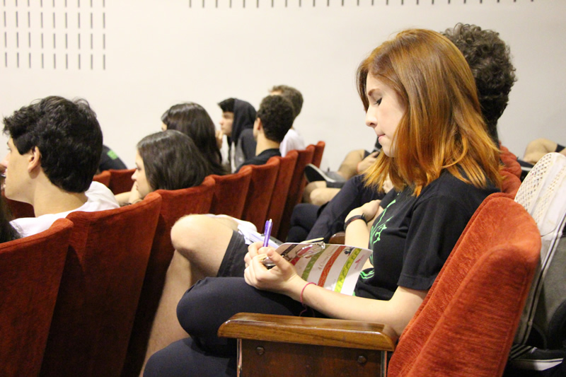 Alunos atentos à palestra da escritora Ana Miranda no evento Mundo Livro, do Colégio Bom Jesus.