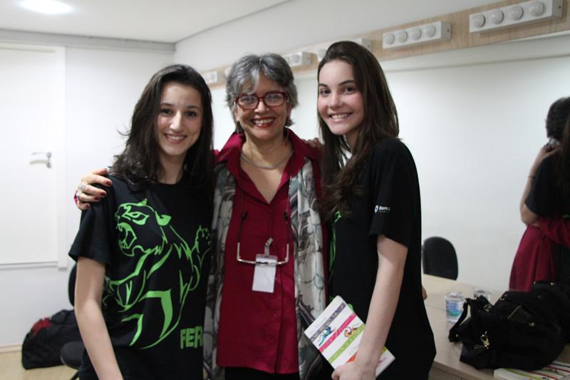 Alunos do Bom Jesus com a escritora Ana Miranda no camarim do Teatro Bom Jesus.
